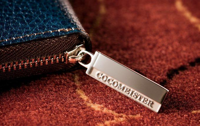 ココマイスターの文字ロゴ入りのファスナートップ