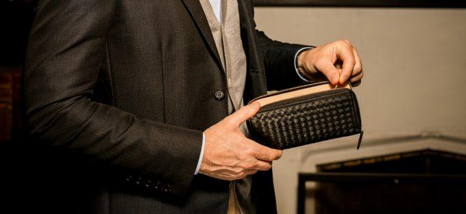 ココマイスター人気財布マットーネシリーズの財布を持つ男性