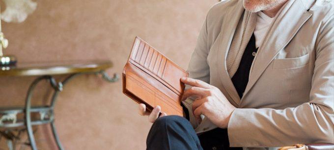 ココマイスターのマルティーニの財布を見ている男性