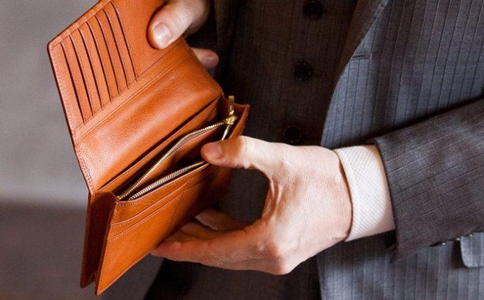 ココマイスターのマルティーニの財布を確認する男性