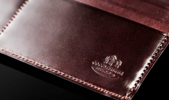 ココマイスターの財布と刻印されているロゴ