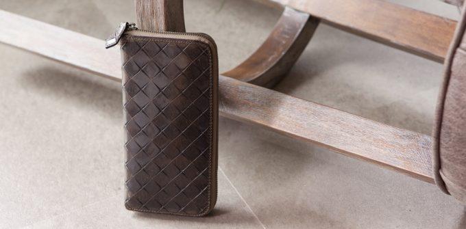 希少なルビックを使い、経年変化も楽しめる十字型押しラウンドジップ長財布