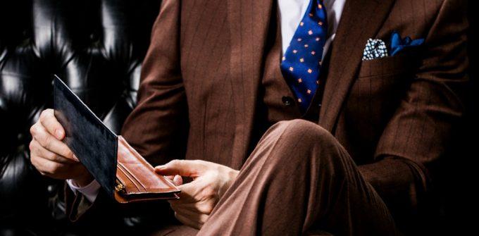 ココマイスターの財布を持っている男性