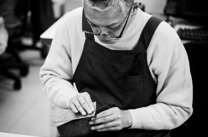 ココマイスターの財布を作る日本の熟練職人さん