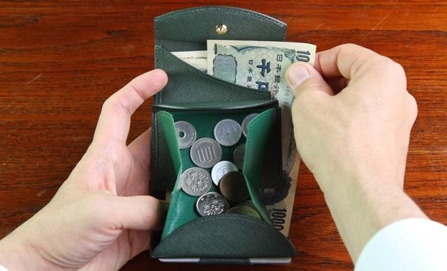 取りやすい小銭入れと親指で押すと札が出てくるお札入れ