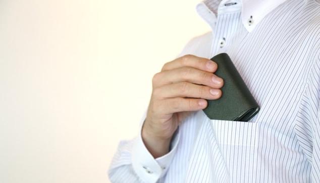 サイズが小さく胸ポケットにすっぽり入る三つ折り財布