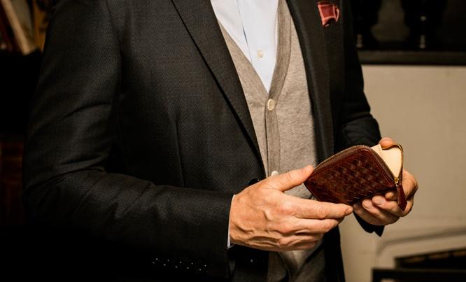 人気のマットーネシリーズのオリヴェートコインパースを持つ男性