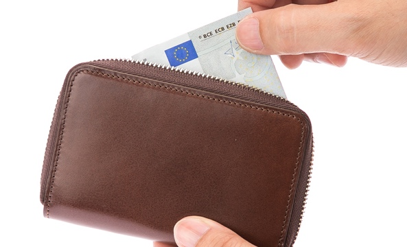 紙幣を収納しているティベリオ