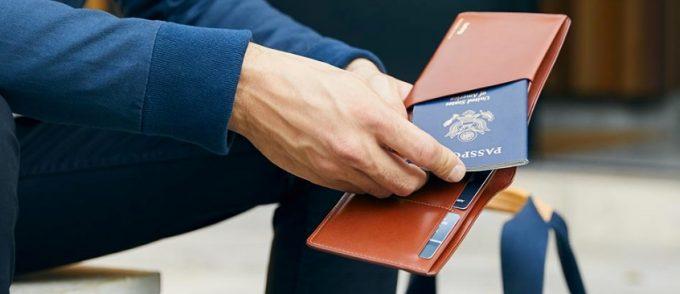 トラベルウォレットにパスポート入れるところ