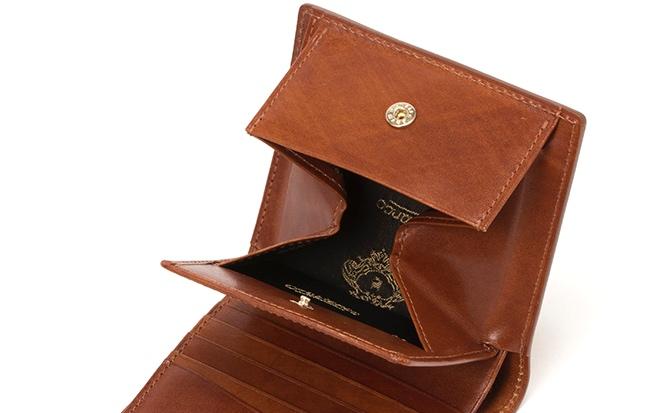 小銭の取り出しが楽なBOX小銭入れを持つ二つ折り財布