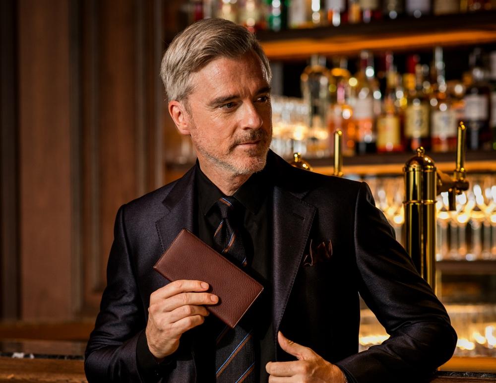 マルティーニの新色財布を持つ渋い男性