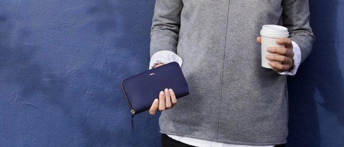 シンプルで長く使えるベルロイレディース財布を持つ女性