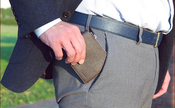 ジャミーウォレットをポケットに入れる男性