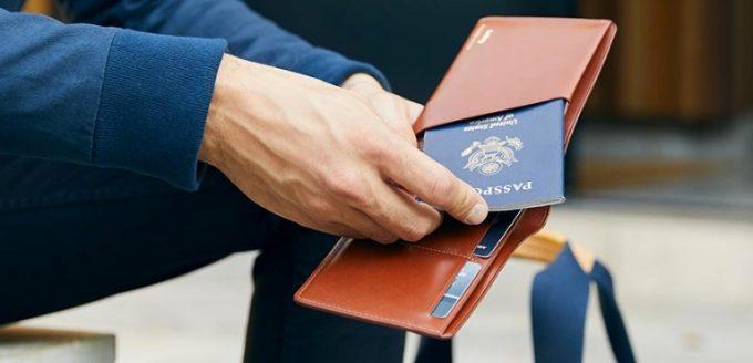 落下防止のパスポート専用ポケット