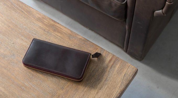 机の上に置いてあるシェルコードバンの財布