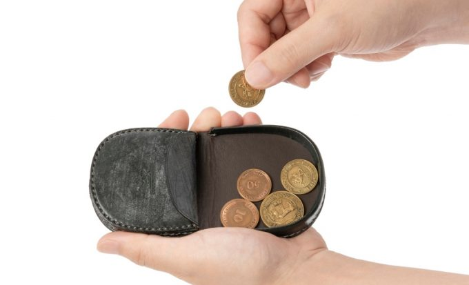 馬蹄コインケースからコインを取り出す