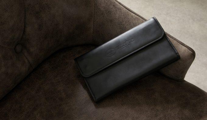 椅子の上に置いてあるホーウィンクロムエクセルレザーカブセ束入れ