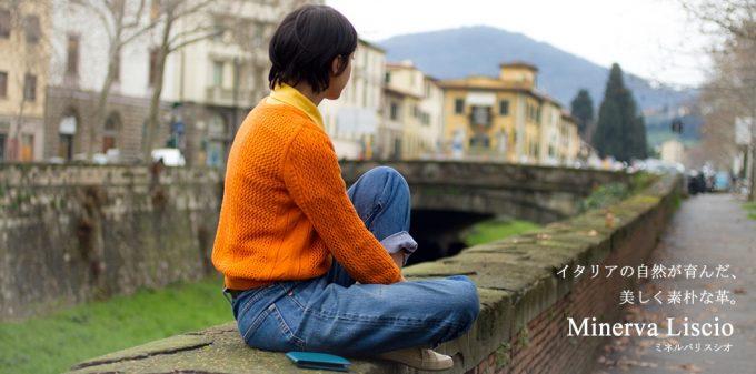 アヤメアンティーコの財布の横に座る女性