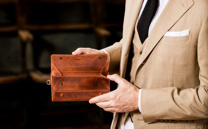 奇抜な長財布アレクサンダーウォレットを持つ男性