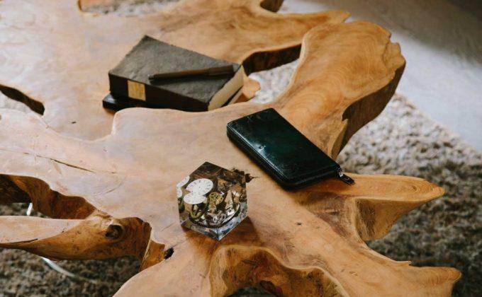 木のテーブル上にあるYLW114ラウンドファスナーウォレット