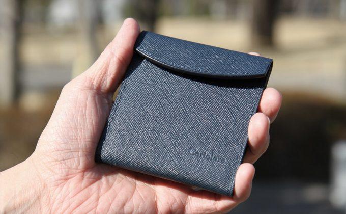 カルトラーレの財布を持つ男性