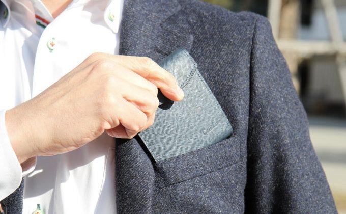 胸ポケットに入る程に携帯性抜群のフラットウォレット