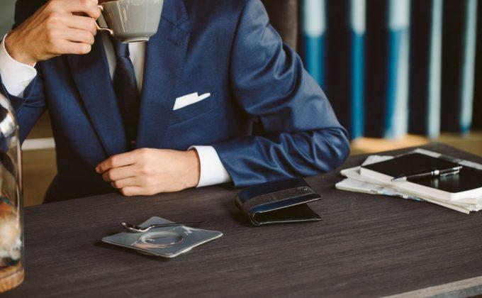 YUHAK・YCD132二つ折り財布を持つ男性