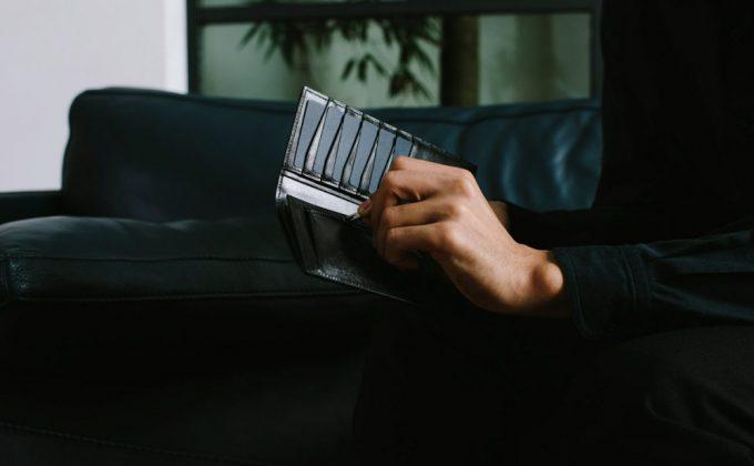 リトゥマーレシリーズ・TLW110長財布を持つ男性