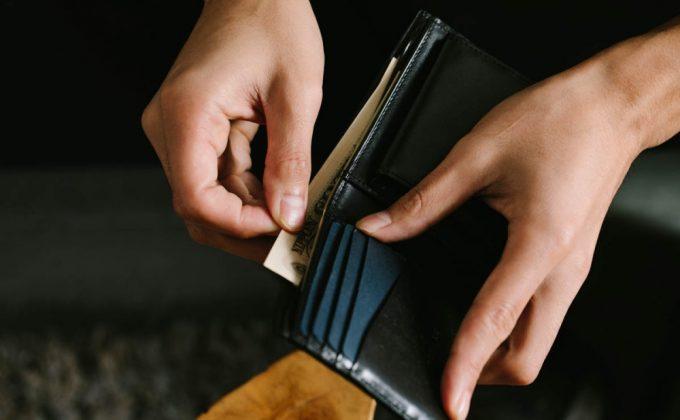 YLW130二つ折り財布からお札を取り出す