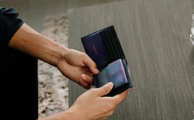 yuhakuの財布を手に持つ男性