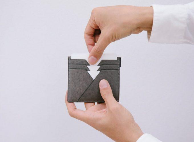 ASB122コンパクト二つ折り財布からカードを取り出す場面