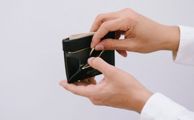 ASB122コンパクト二つ折り財布から小銭を取り出す場面