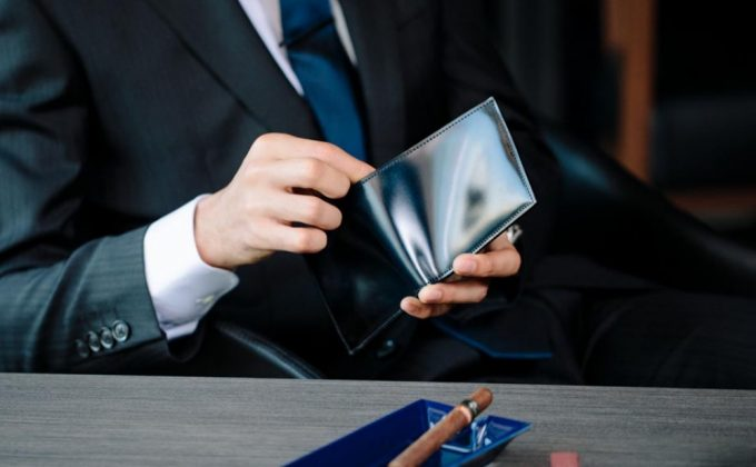 YAC132二つ折り財布を持つ男性