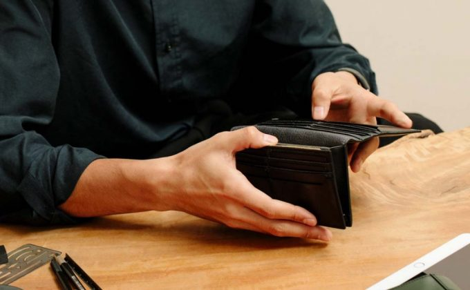 yuhaku・YBR117長財布を持つ男性