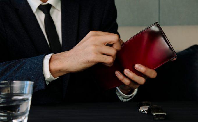 YFC131二つ折り財布を持つ男性