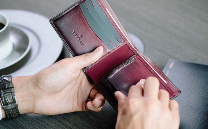yuhaku・YVE130二つ折り財布を持つ男性