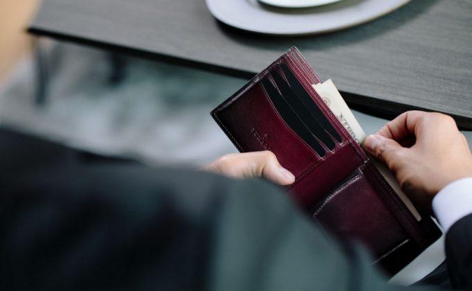 YVE130二つ折り財布を持つ男性