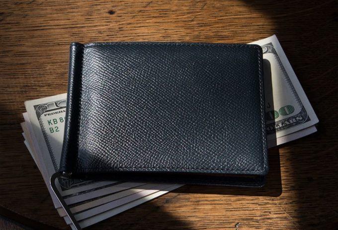 ドル札の上に置いてあるノブレッサカーフマネークリップ
