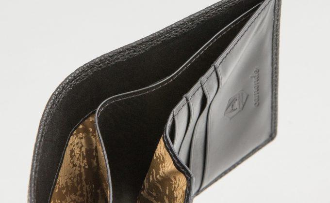 二つ折り財布(黒桟革)の札入れ部