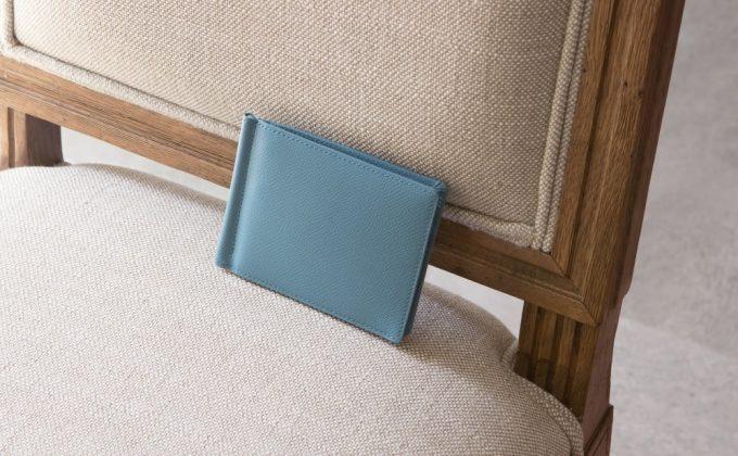 椅子の上に置いてあるノブレッサカーフマネークリップ