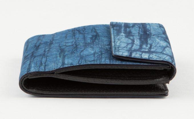 スクモレザーロウ割れ二つ折り財布の側面