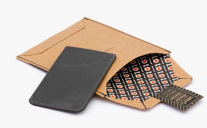 スリムでシンプルなラッピングとベルロイの財布