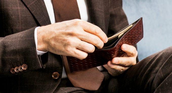 ポンテマットーネの財布を持つ男性