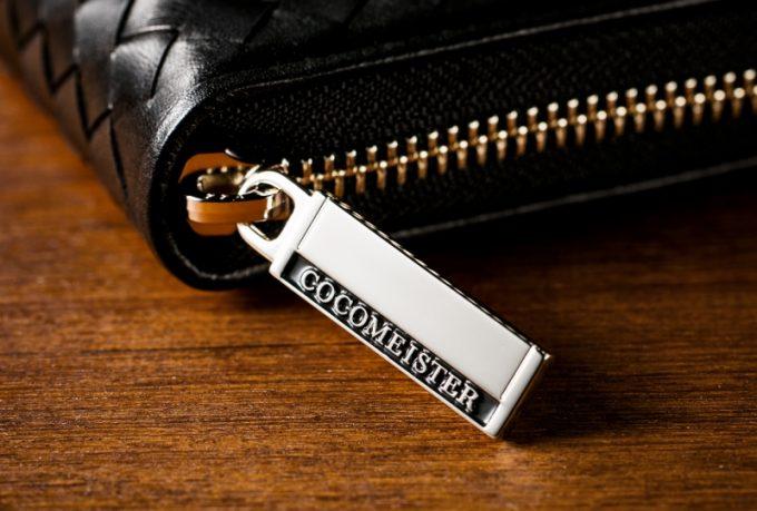 ココマイスター文字ロゴ入りのファスナートップ