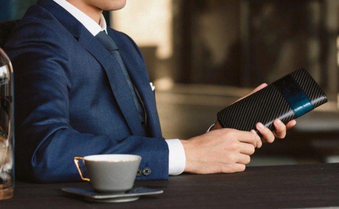 アルコントラリオ(AI Contrario)シリーズの財布を持つ男性