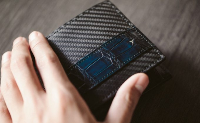 YCR132クロコダイルコンビ二つ折り財布の外装とyuhakuのロゴ
