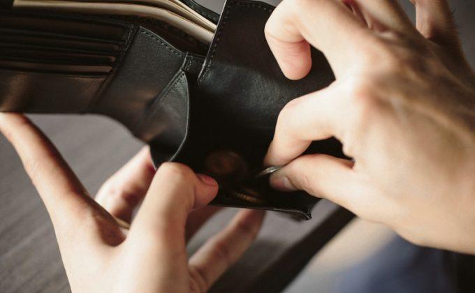 YCR132クロコダイルコンビ二つ折り財布から小銭を出すシーン