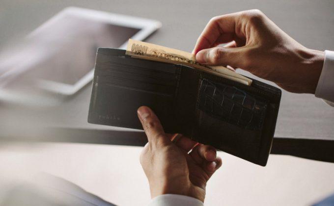 YCR132クロコダイルコンビ二つ折り財布からお札を出すシーン