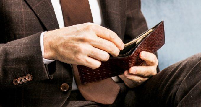 ポンテマットーネ・ディーミディウムからお札を出す男性