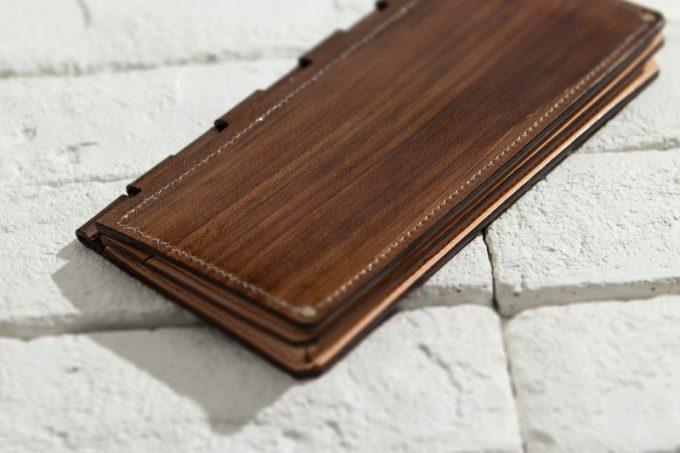 床に置いてある蝶番札入れ(Cho-tsugai Wallet)